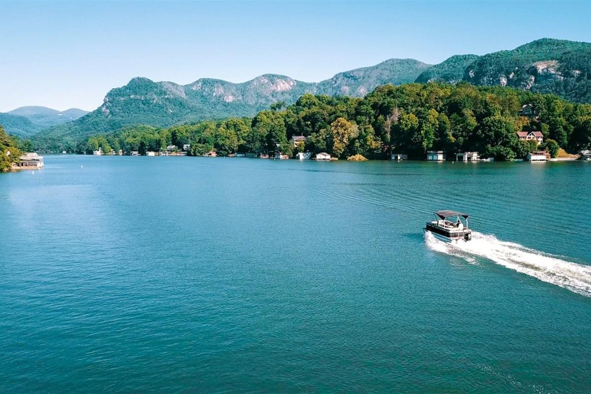 Pontoon rental on Lake Lure