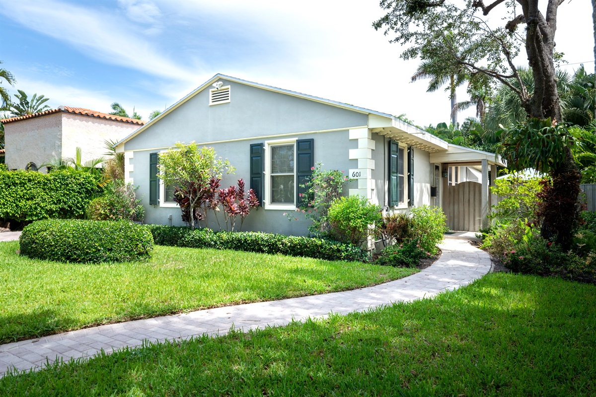 Magnificent 2Bd/1Bth home with Private heated Pool and Spa, large BBQ, outdoor dining & lounging and spacious living! 5 Minutes to the Intercoastal, 10 Min to the Beach. Amazing location close to shops & dining!