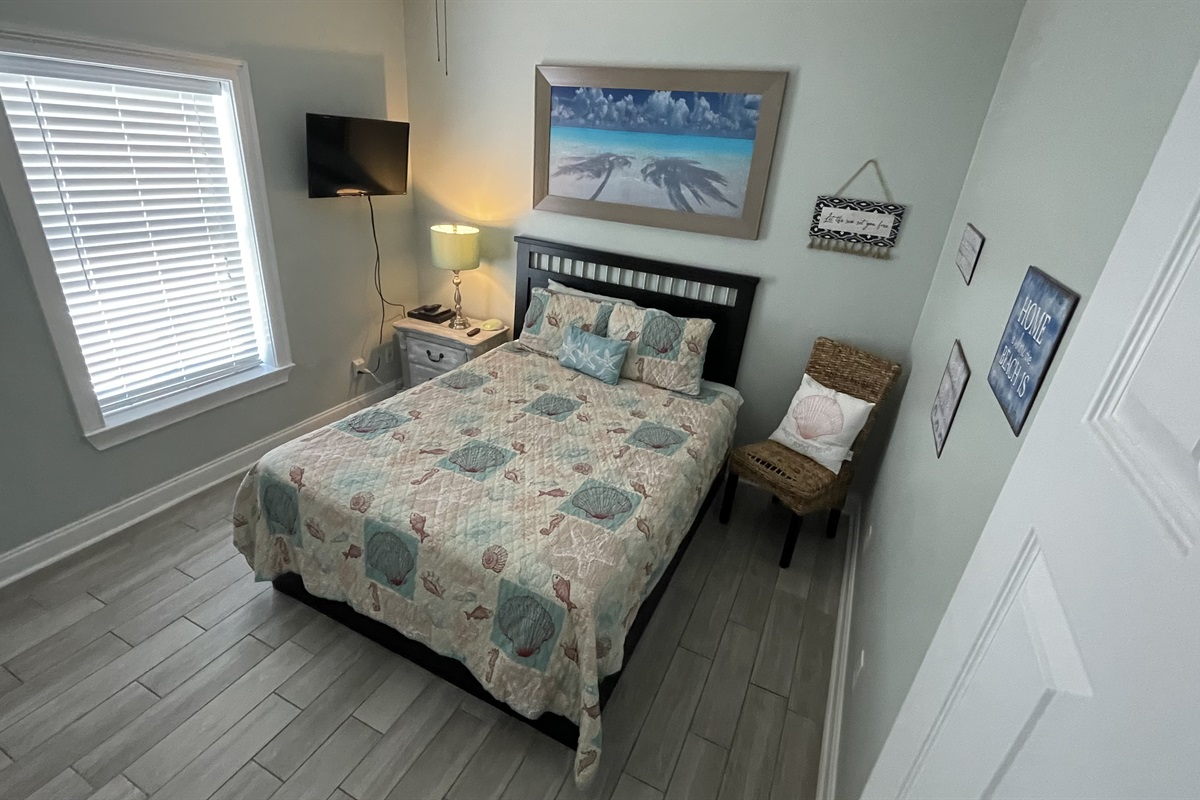 2nd upstairs bedroom with queen bed
