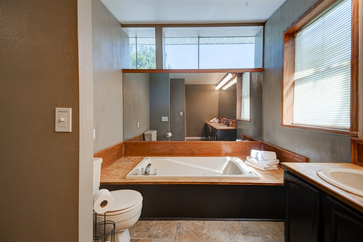 Tub with jets, great windows, and mirrors!
