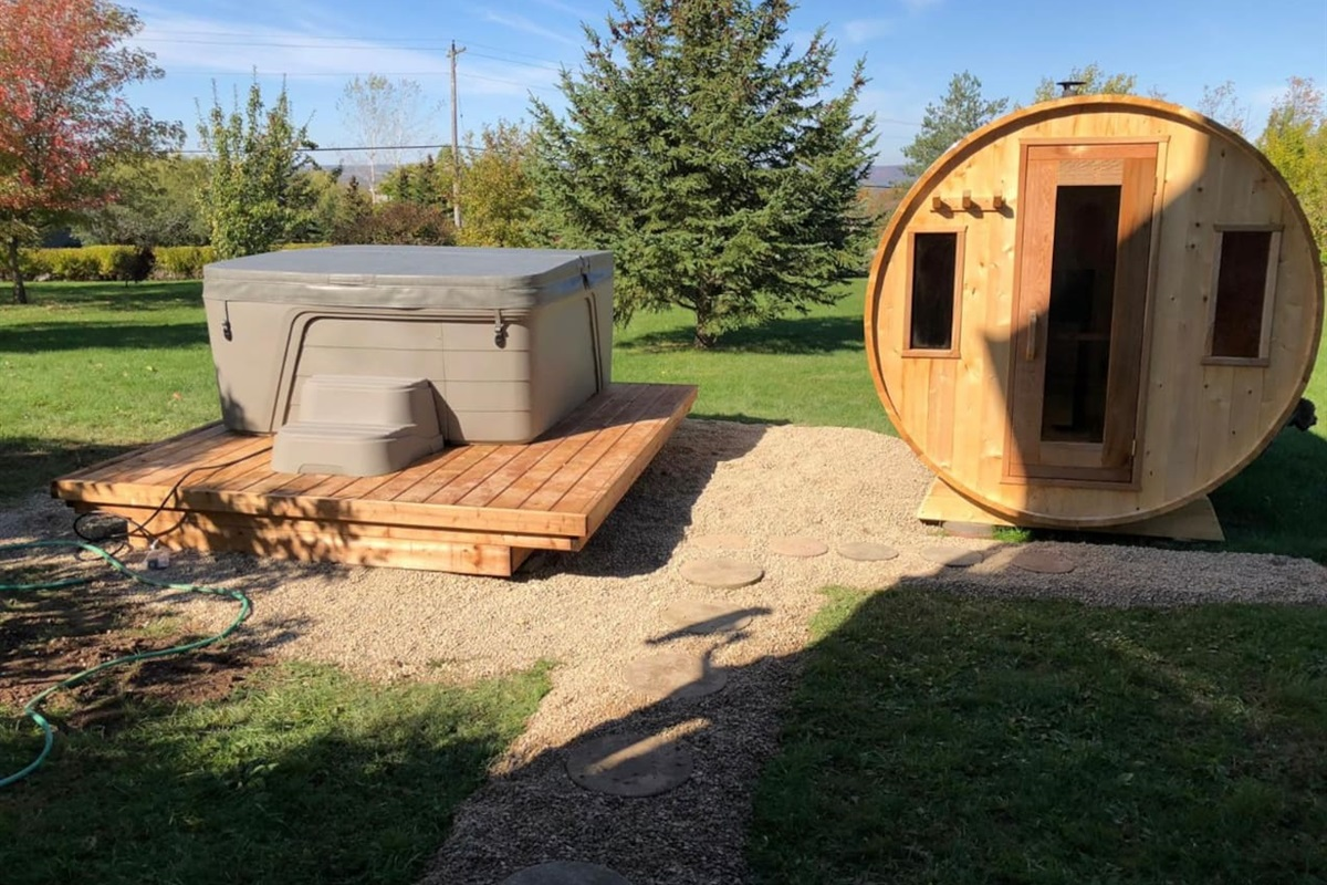6 person Hot tub and Sauna for your enjoyment