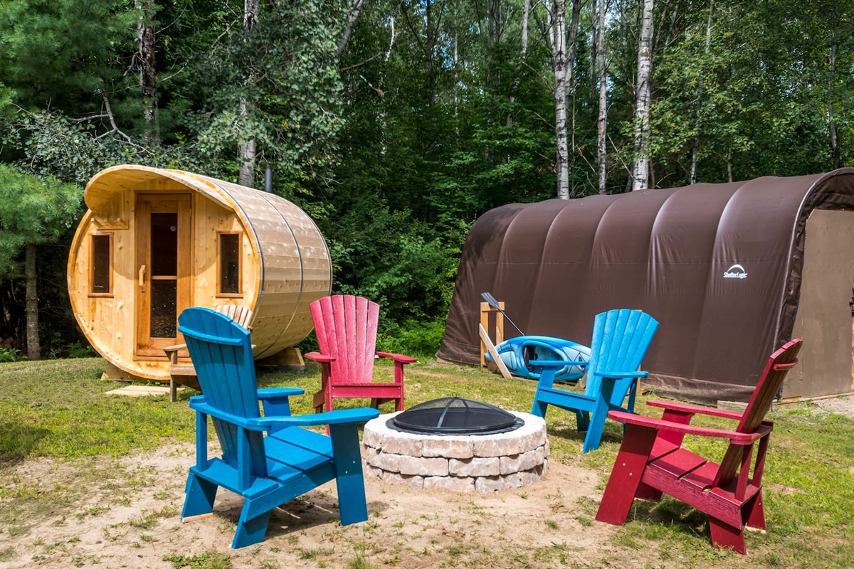 Backyard with wood burning sauna (wood is provided for free), fire pit and comfy Muskoka chairs around it. Kayak can also be sued.