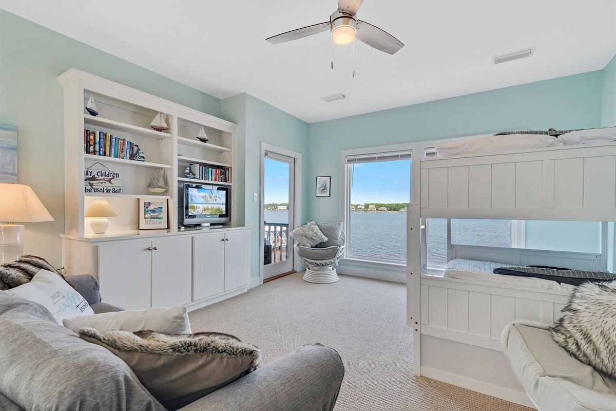 Flat-screen tv, lagoon views, balcony access & bunks!