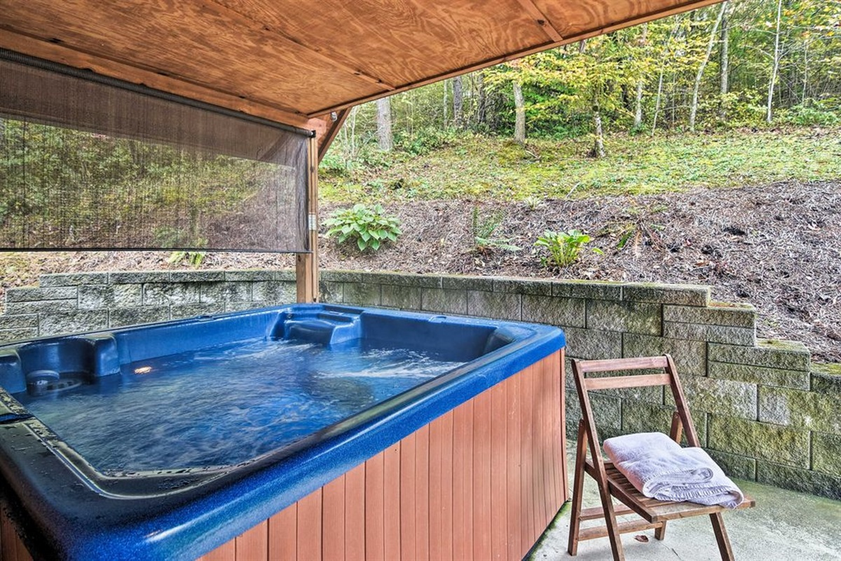 The studio cabin includes a 6-person hot tub.