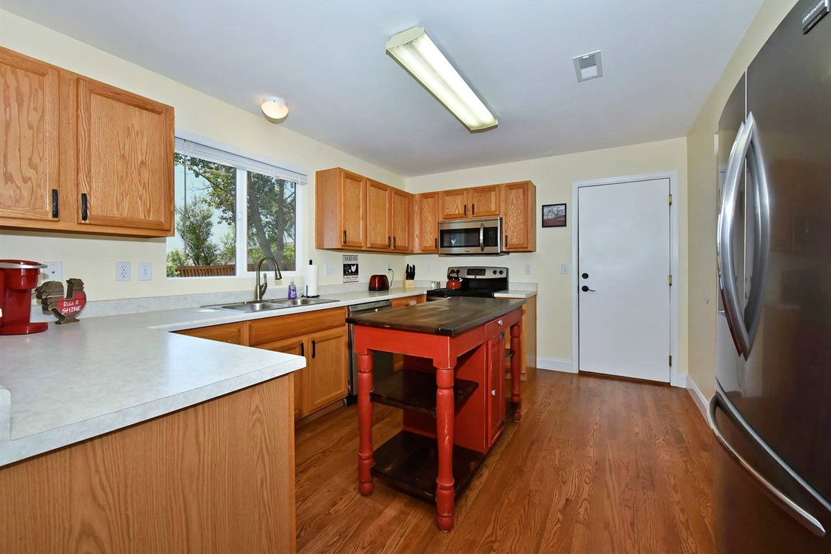 Save money on eating out by cooking in this well stocked kitchen.