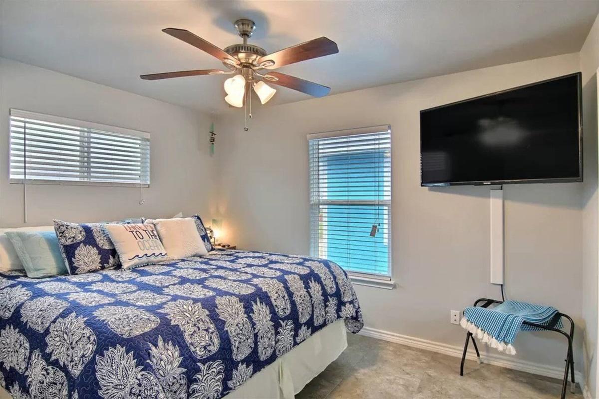 Master Suite - King Bed, smart TV