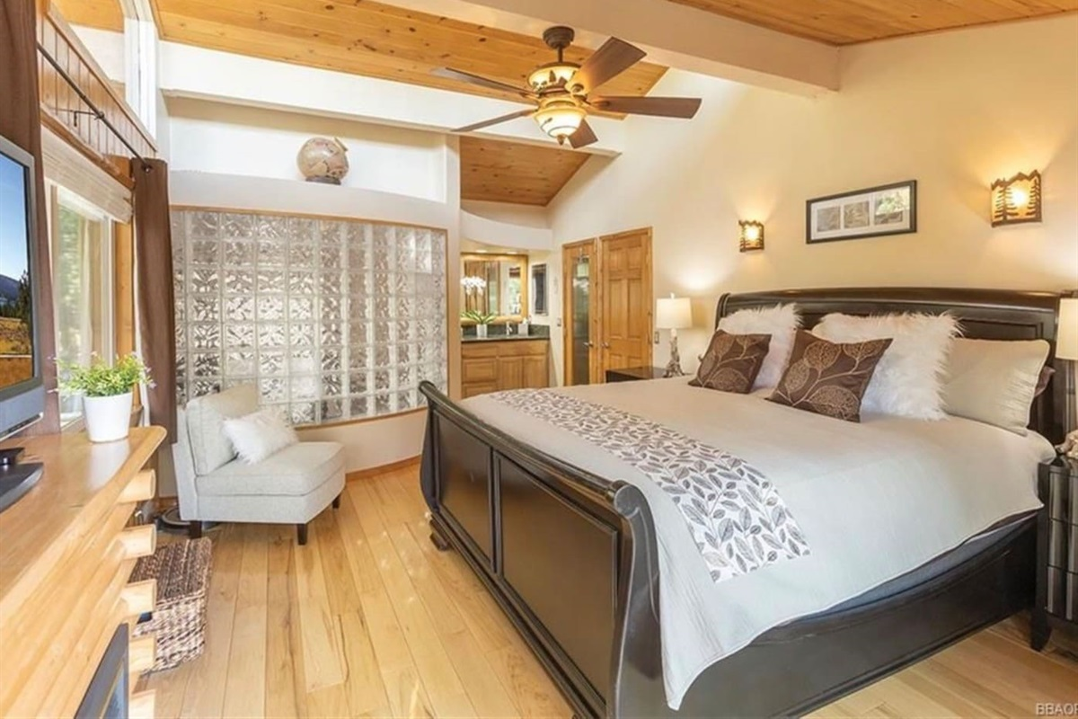 Bedroom #2: It has wood floor, ceiling fan, 1 queen bed, and ensuite bathroom.