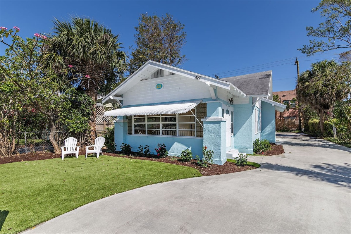 Step inside the beachy West Palm Beach 2 Bed 1 bath house close to the Norton Museum, restaurants & bars.
