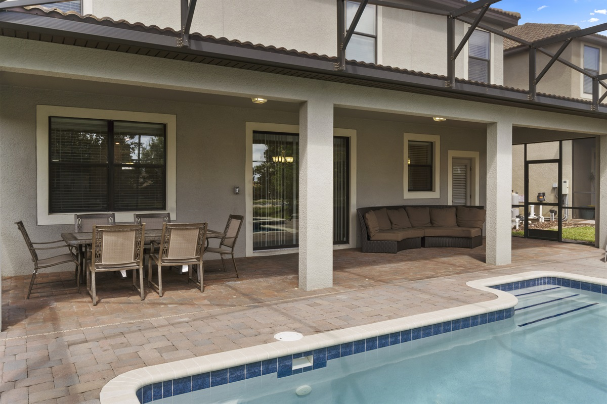 Poolside Dining & Seating