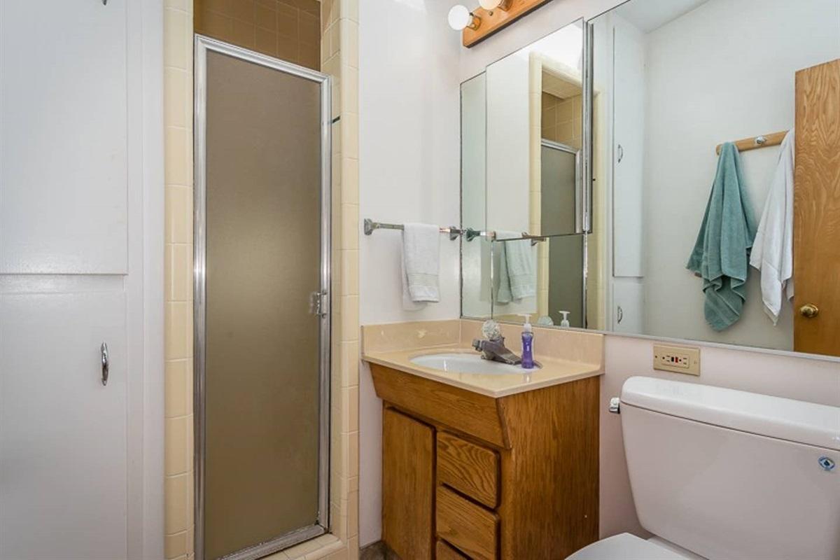 2nd bedroom bathroom w/ shower