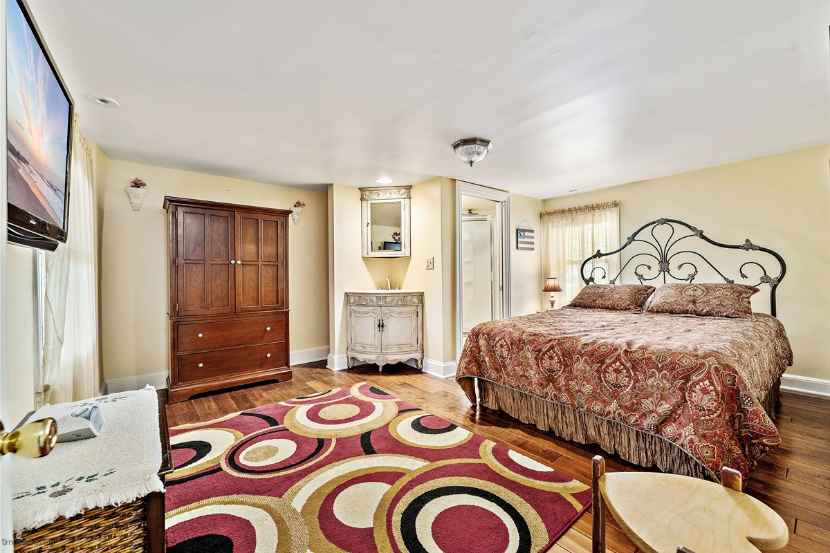 2nd Floor Bedroom-Queen w/ private full bath
