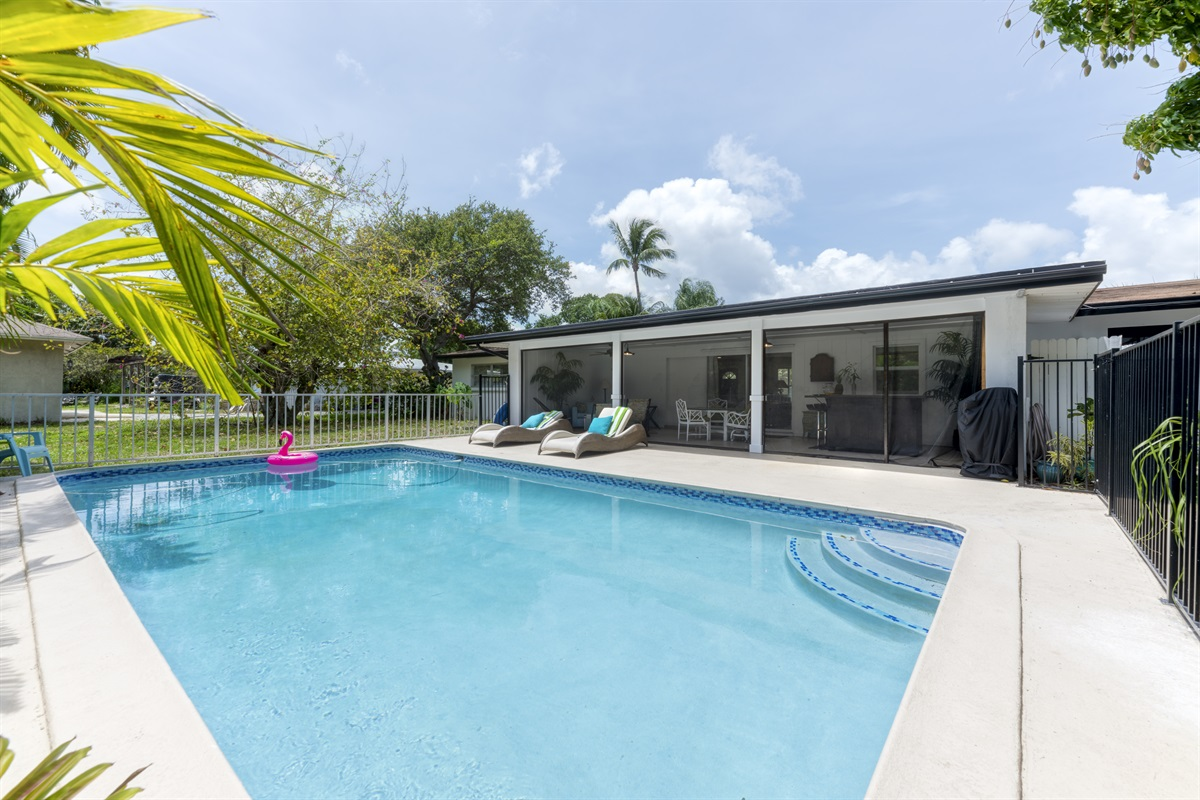 Welcome to our adorable Bungalow in Palm Beach Gardens! Stunning 3/2 pool home in a quiet neighborhood close to the best shopping and dining! Outside bar & BBQ gas grill. Enjoy the sweet Mango tree and fenced in pool.