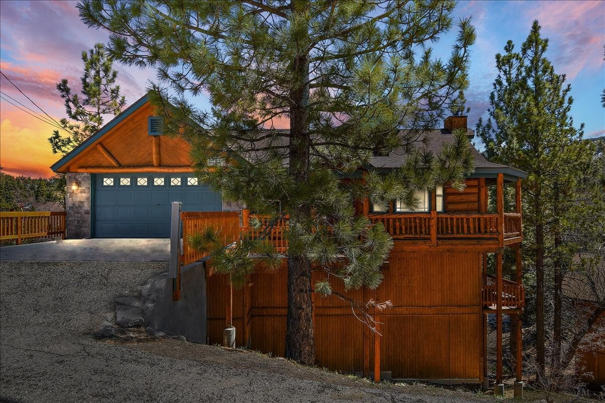 Private Moonridge 3 story Cabin with amazing views of Bear Mountain Ski Slopes.