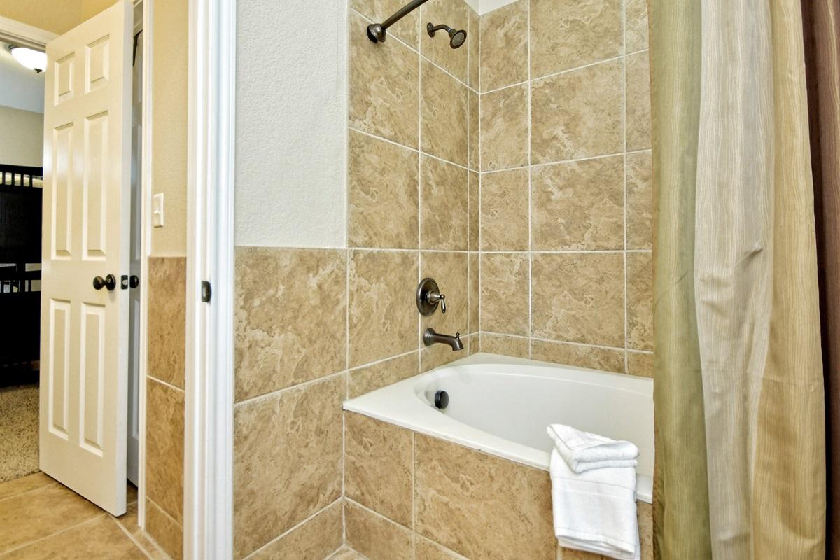 HH #A Upstairs Bathroom - Garden Tub
