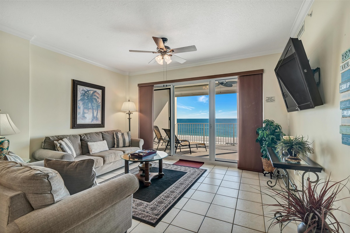 Spacious Livingroom with Ample Seating
