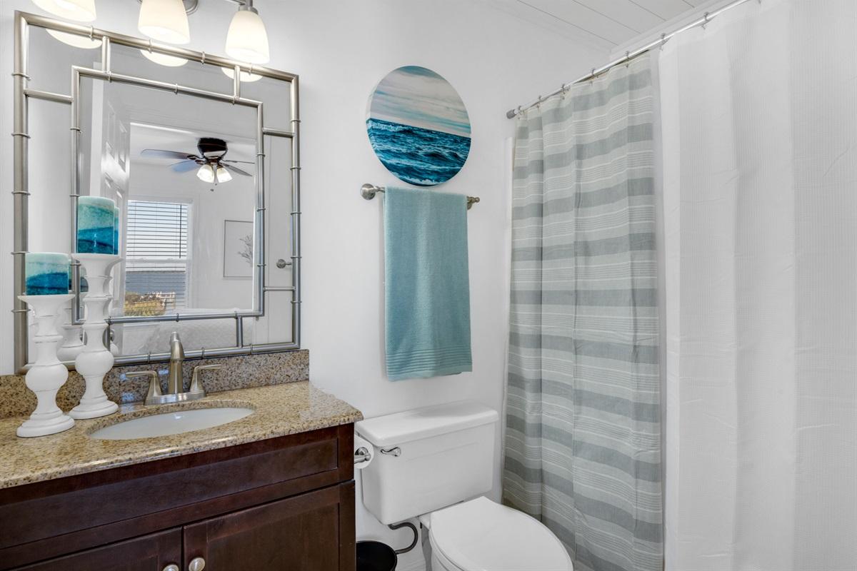 Master bathroom w/combo tub/shower