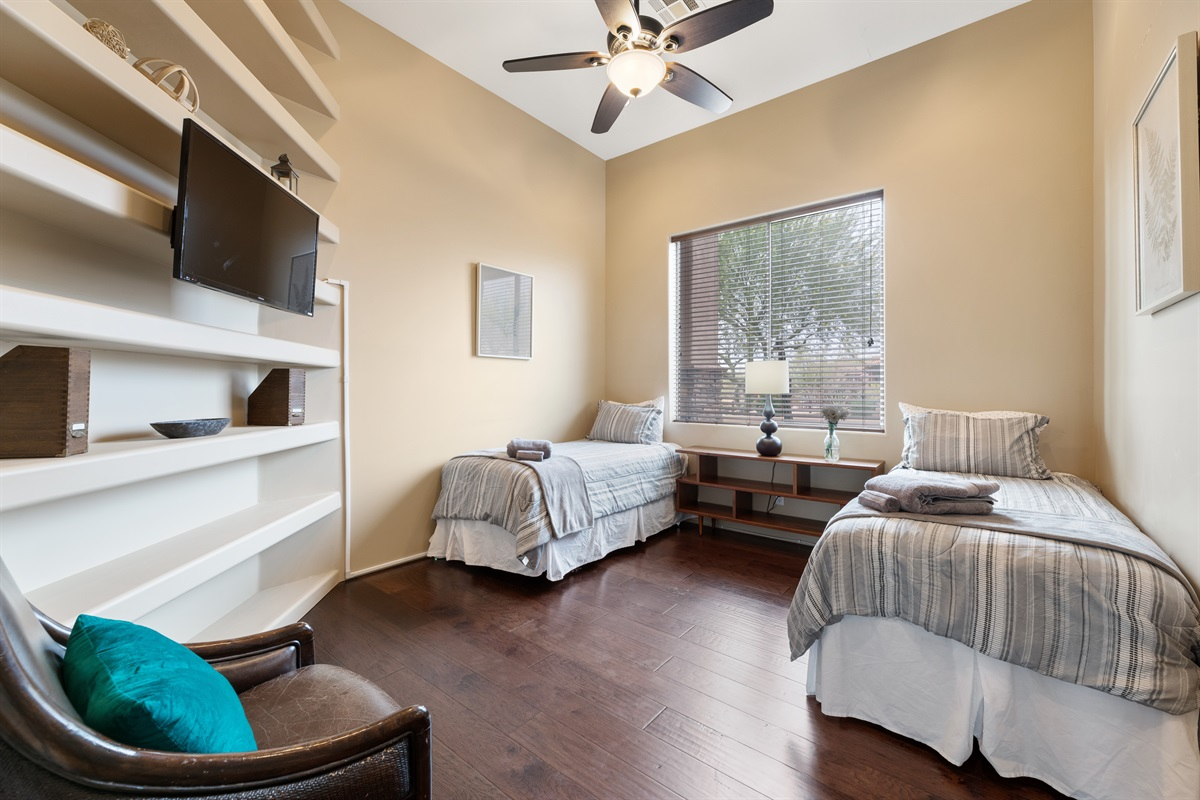 Bedroom 2, 1 Queen 1 Twin
