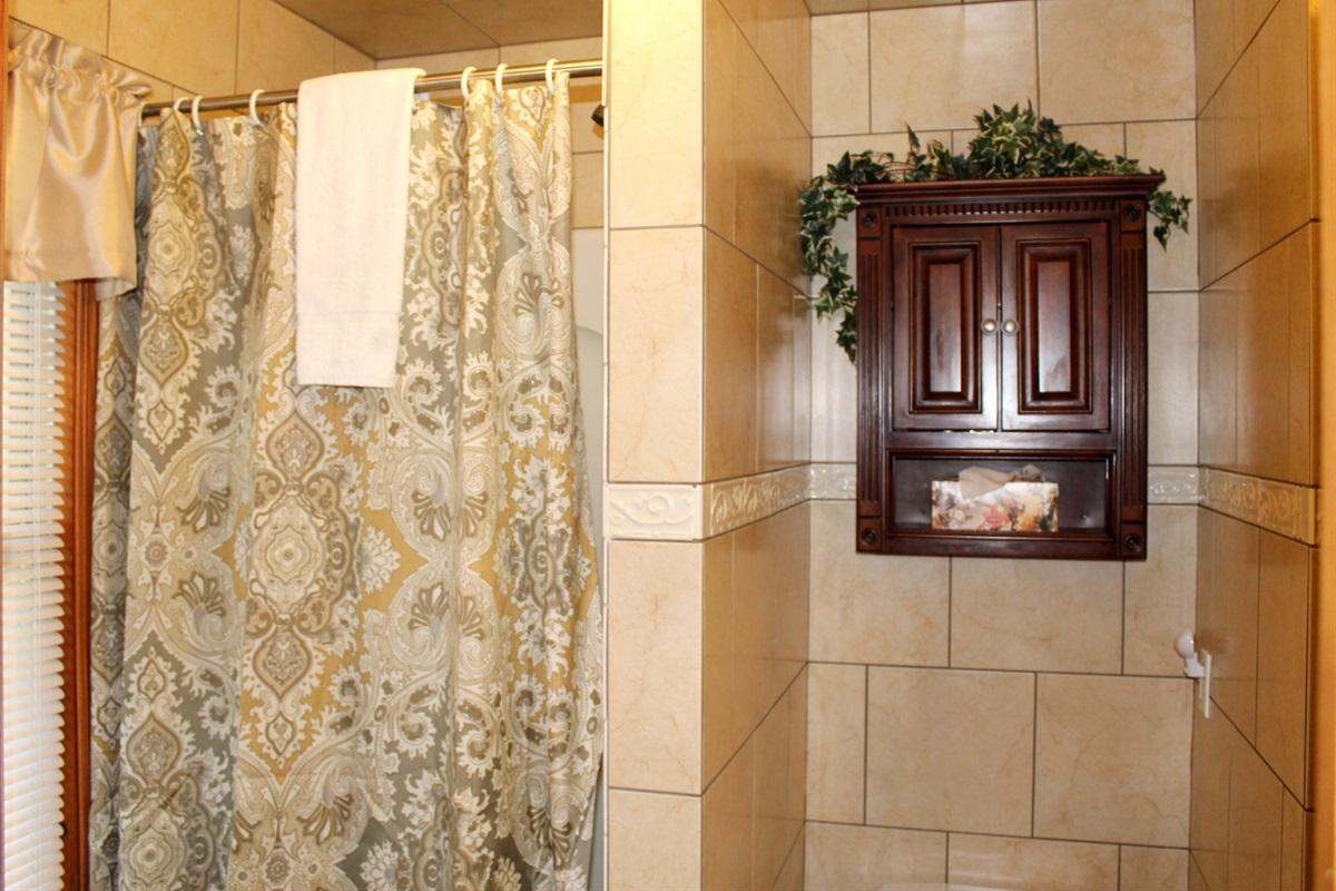 En-suite bathroom for King bedroom #1