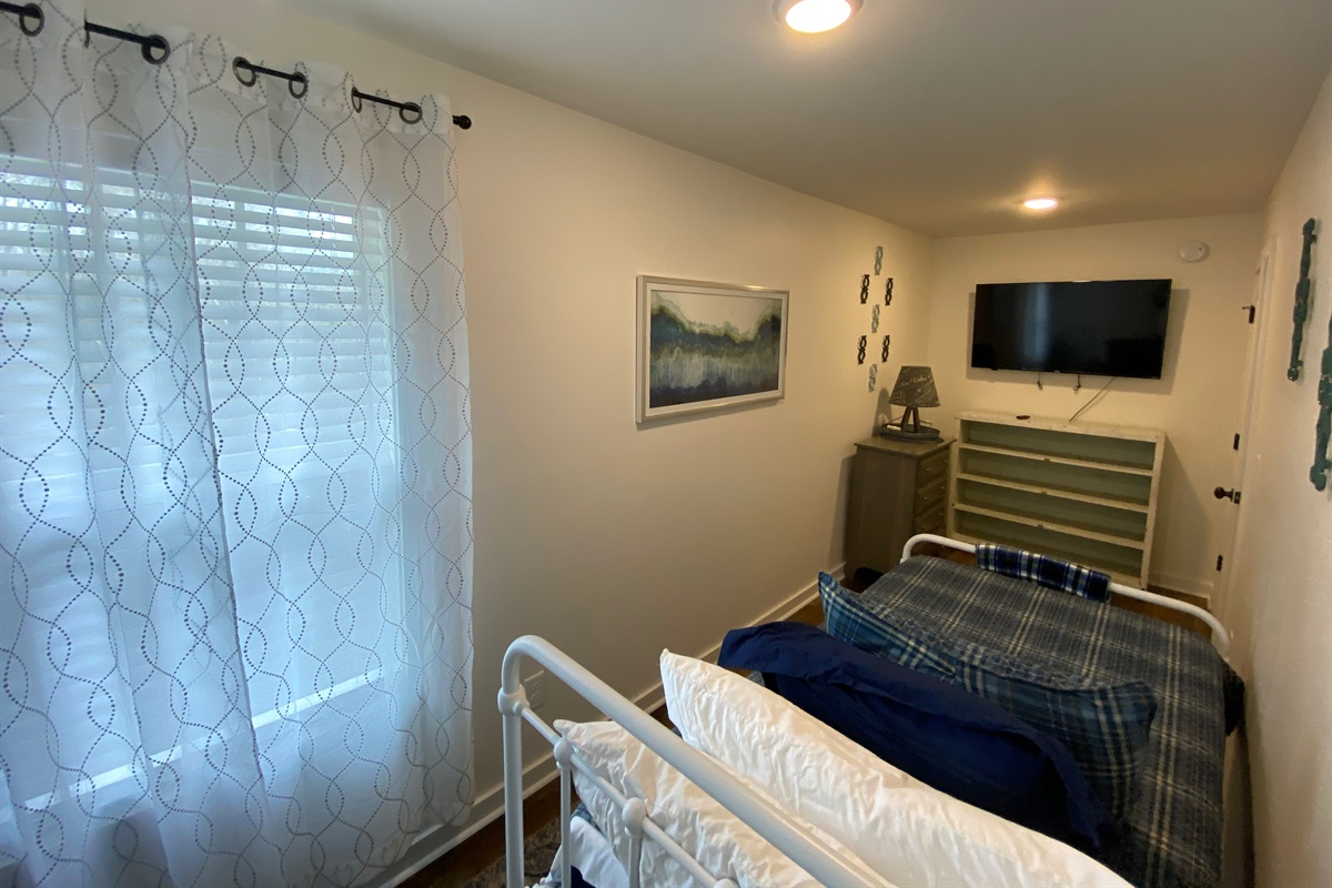 """""""Twin-Room"""" complete with new bedding. The Smart TV is connected via WIFI for easy streaming."""