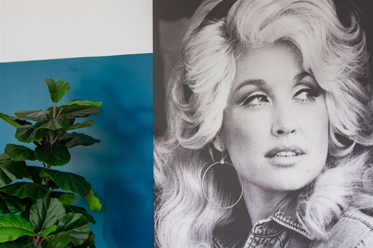 """""""It costs a lot of money to look this cheap."""" - Dolly Parton"""